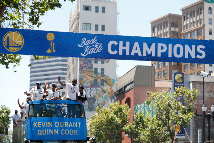 De Golden State Warriors op een rondrit door Oakland, Californië.