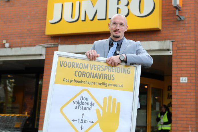 FC-spits Yoeri Rombouts voor 'zijn' supermarkt in Barendrecht.