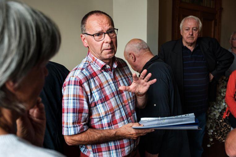 Fred Lams gidst mensen rond in de expo over het oud GB-distributiecentrum in Edegem.