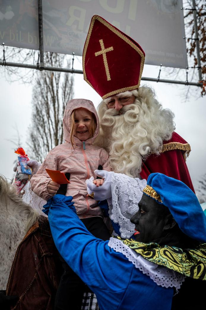 De Sint neemt afscheid in Eindhoven-Acht, kinderen mogen op het paard.