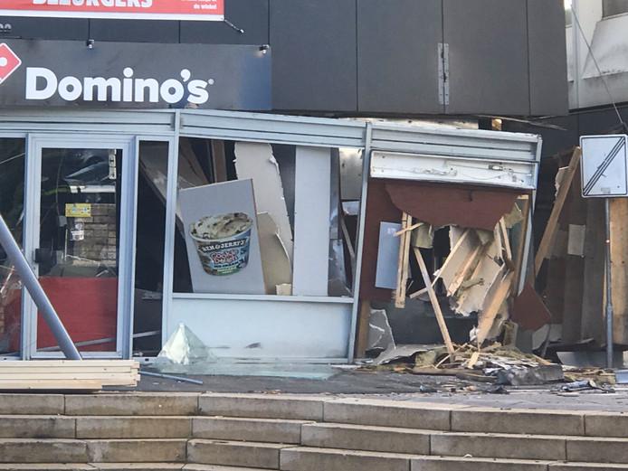 De plofkraak is gepleegd bij de pinautomaat van ABN AMRO, naast een vestiging van pizzaketen Domino's.