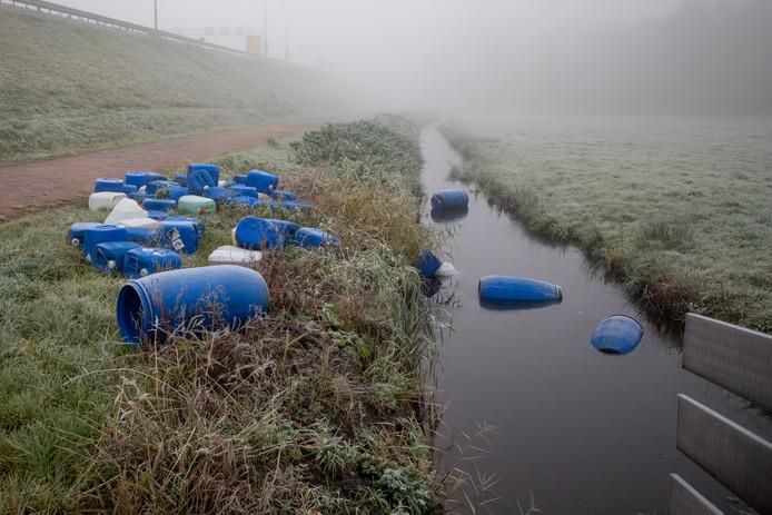 Nachtelijke dumps van drugsafval in verlaten polders en natuurgebieden vallen niet snel op.