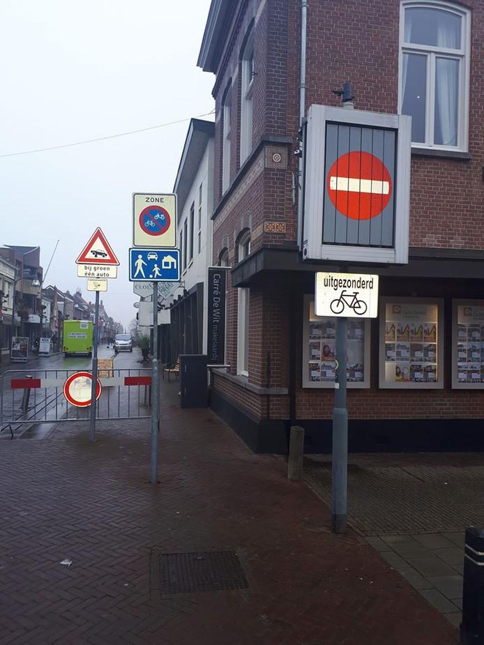 De politie vindt al die borden bij de kruising Grotestraat-Mr. van Coothstraat in Waalwijk knap verwarrend.