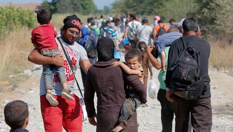 Vluchtelingen bij het plaatsje Gevgelija, op de grens tussen Macedonië en Griekenland. Beeld EPA