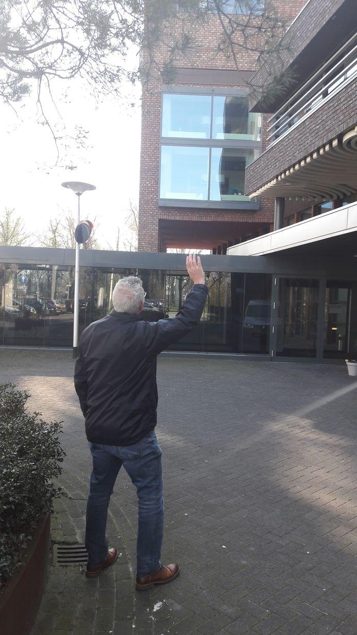 Patrick zwaait naar zijn vader die in Vitalis -Wissehaege verblijft.