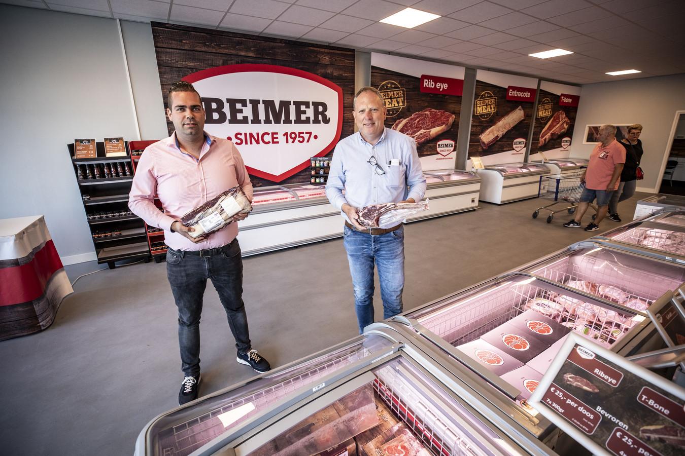 Niels Rikkerink (links) en Joost Beimer in de nieuwe winkel van Beimer Meat aan de Getfertsingel.