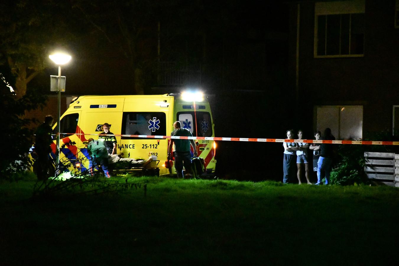 De ambulance werd opgeroepen om de neergeschoten verdachte te behandelen.