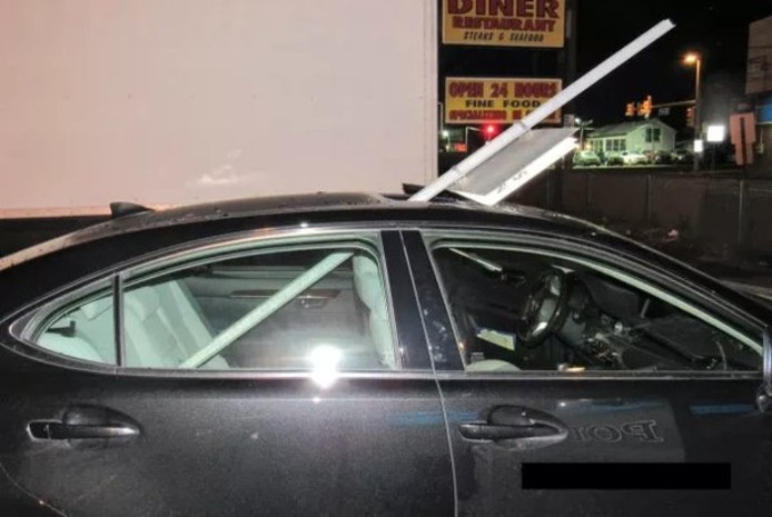 De dronken bestuurster had geen idee van wat er uit het dak van haar auto stak