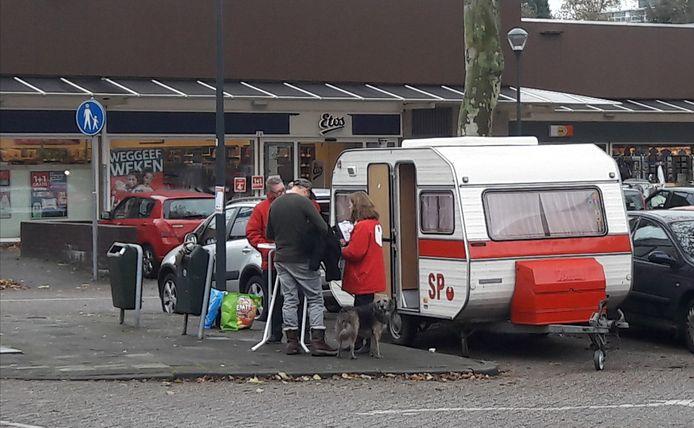 Leden van de SP tijdens een actie in Breda.