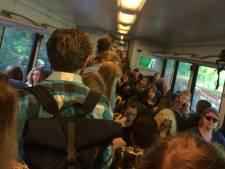 Nieuwe ellende bij Arriva: volle trein laat passagiers staan, half uur later is het proppen