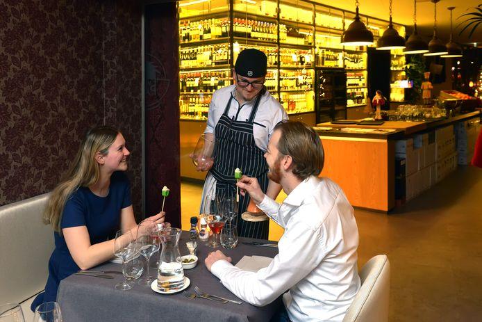Chef-kok Timothy Ravelli aan tafel bij zijn gasten.