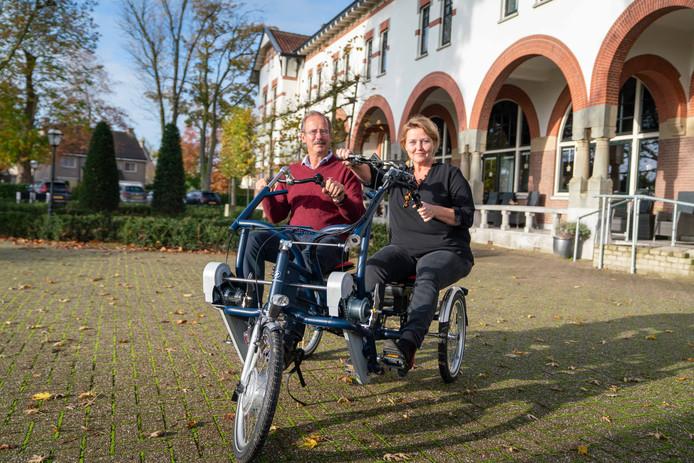 """Dorien van Put en Teun van Liebergen op de dubbelfiets van het Witte Huis. ,,Als we die met een bewoner gebruiken moeten we niet melden 'leuke fietstocht', maar expliciet opschrijven waar de reis met die bewoner heen ging en waarom juist daar naar toe."""""""