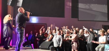 Publiek danst en zingt mee tijdens Venhorst Klinkt!