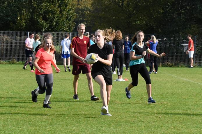 Leerlingen van het Kalsbeek maken kennis met de rugbysport.