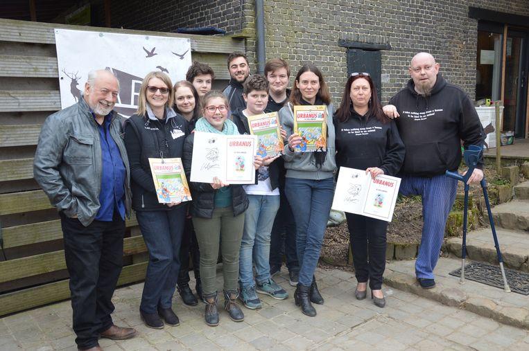 Urbanus, Hans, Els en een aantal vrijwilligers van de Ark met het stripalbum.