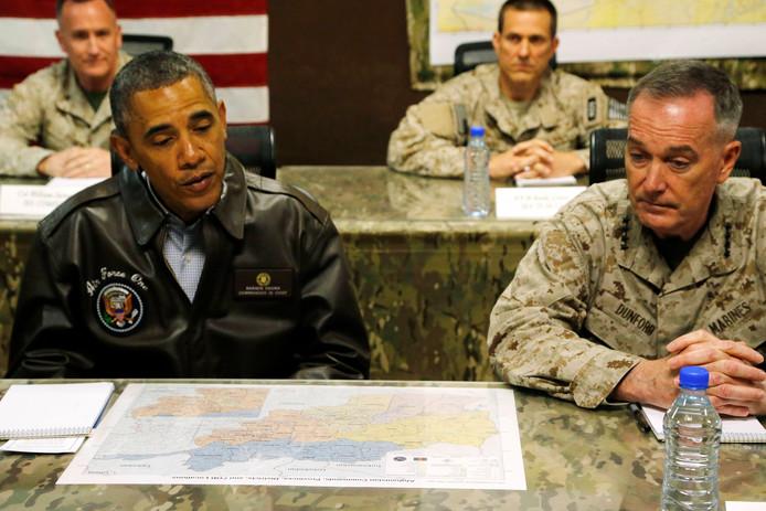 Toenmalig president Barack Obama (L) tijdens een bezoek aan de Amerikaanse troepen in de Afghaanse hoofdstad Kabul in mei 2014