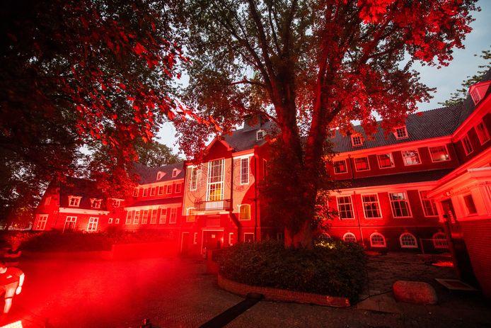Het oude gemeentehuis van Alphen aan den Rijn in het Burgemeester Visserspark kleurde vanavond rood.