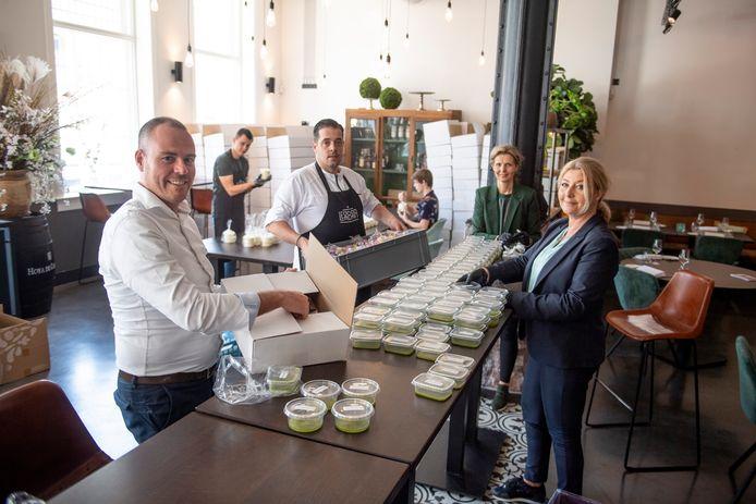 De keukenbrigade van restaurant Ledeboer maakt 200 boxen met paasbrunches klaar om zondag uit te delen aan personeel van ZGT. Op de voorgrond Richard van den Boeven, naast hem Rick Blanken. Achteraan Wilma Hoop en rechts vooraan Anne-Marie Vogelzang.