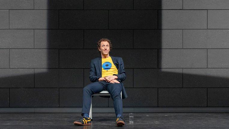 Micha Wertheim tijdens zijn voorstelling met op zijn shirt de pin van Google Maps, die ons exact de weg wijst. Beeld Thomas van Oorschot