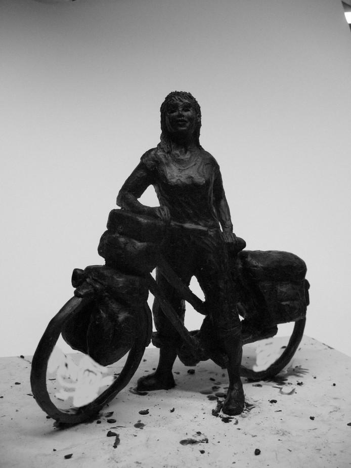 De bronzen replica van het nieuwe beeld De Fietsster is te koop. Op de foto is een wassen ontwerp te zien. Het beeld is anders dan het bronzen beeld van Greet Grottendieck dat in april uit het Beekpark in Epe werd gestolen. De houding van de fietsster is anders.foto Greet Grottendieck