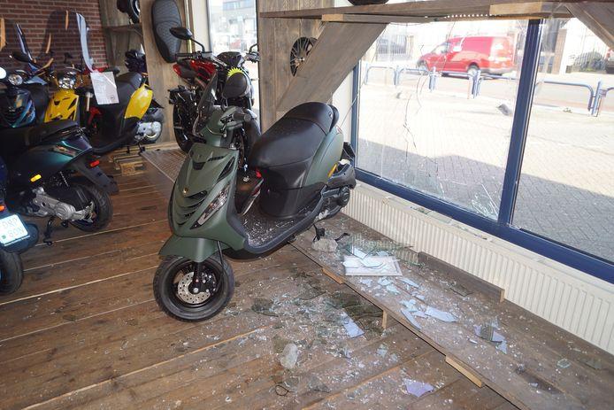 De inbrekers richtten een ravage aan in de winkel.