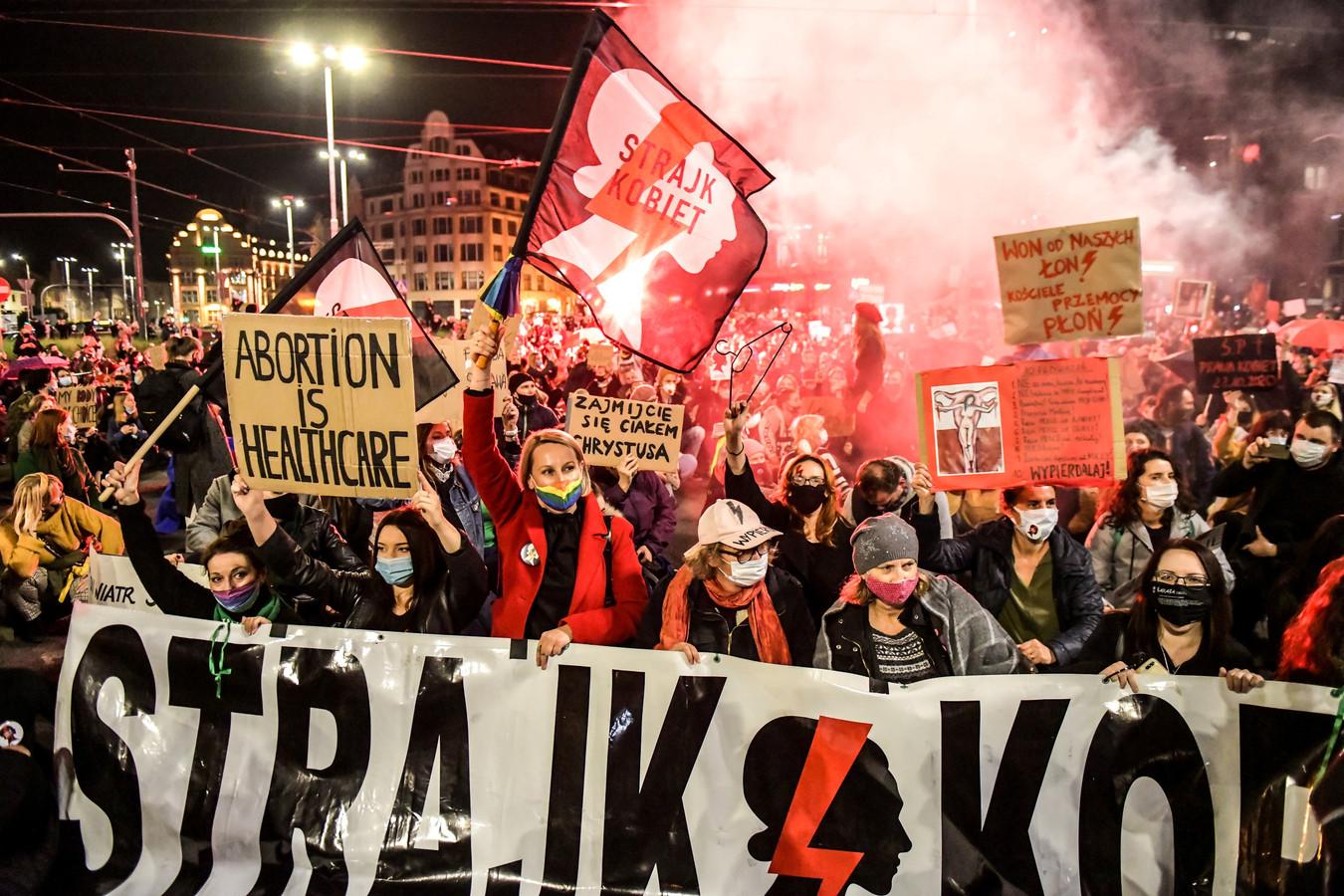 De Poolse regering heeft via het Constitutioneel Hof abortus zo goed als verboden. Mensen gingen massaal de straat op om tegen deze uitspraak te demonstreren.