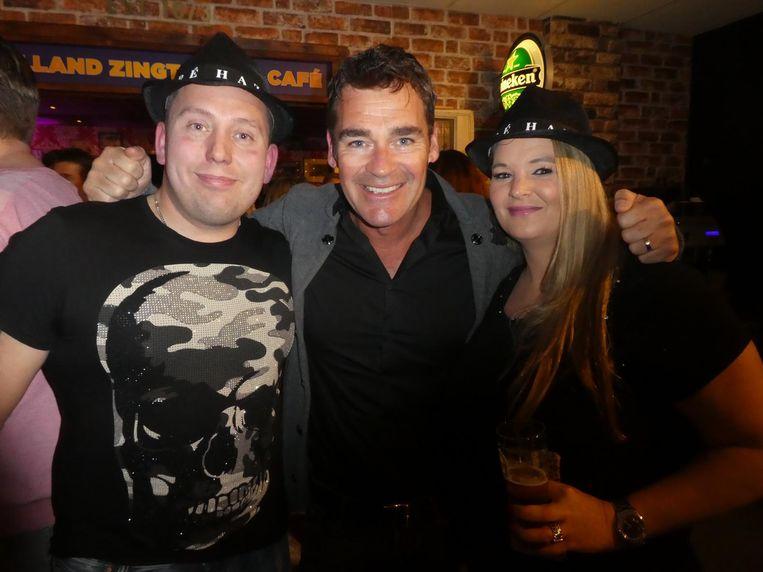Zanger Jeroen van der Boom met fans Arjan van Groeningen en Mirieam Handigman.