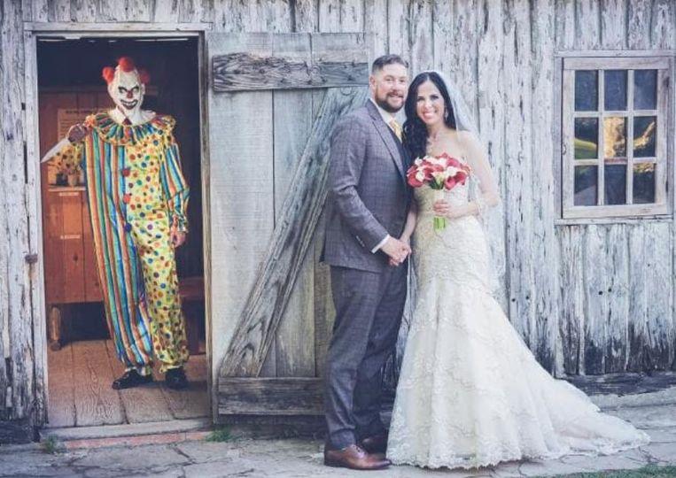 Bruid Manda schrok zich dood toen ze deze foto een jaar na haar trouwdag pas voor het eerst zag.