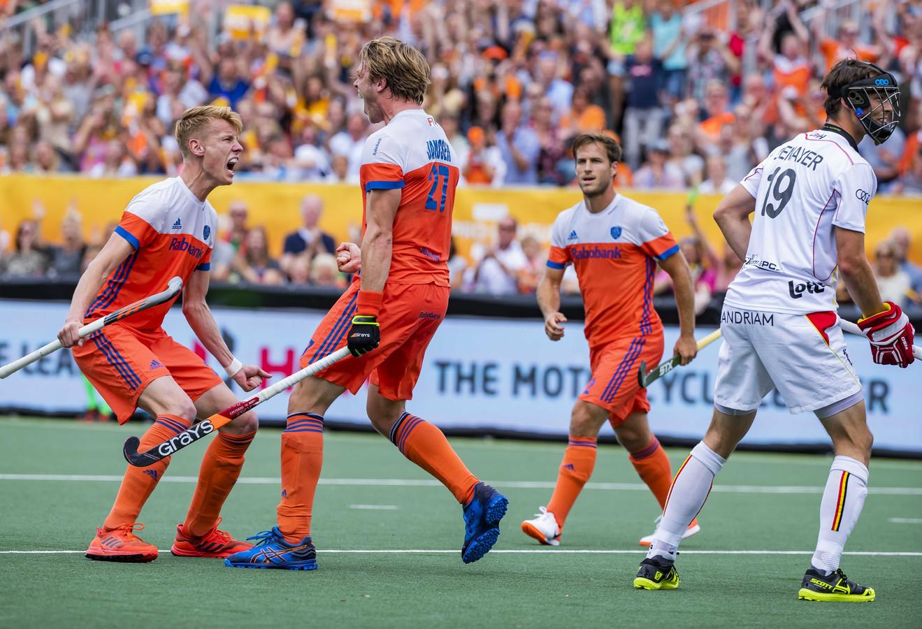 Jip Janssen (Ned) (m) heeft de stand op 2-2 gebracht. Links Joep de Mol (Ned), rechts Jeroen Hertzberger (Ned) en Felix Denayer (Belgie).
