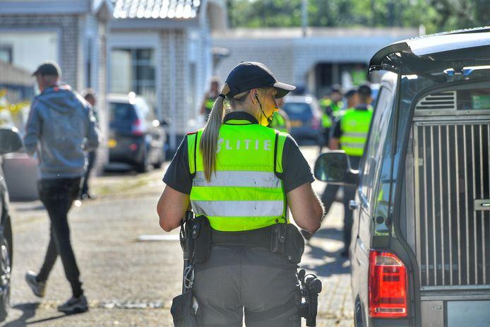 Grote politieactie bij woonwagenkamp De Vinnen in Maarheeze.