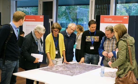 Inwoners kregen maandag een eerste keer de kans om de startnota in te kijken voor het Gewestelijk Ruimtelijk Uitvoeringsplan K-R8.