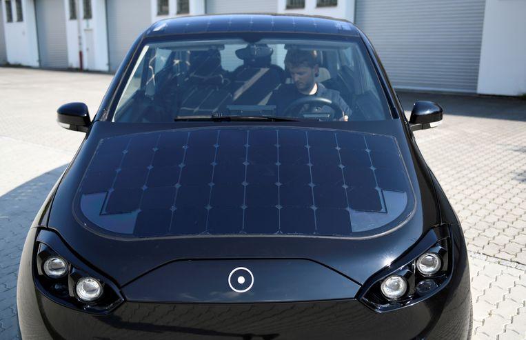 Mooi is het niet, die zonnepanelen op het koetswerk, maar de Sion 'wint' er wel tot 34 kilometer aan rijbereik mee. In totaal raakt de elektromobiel zo'n 255 kilometer ver.