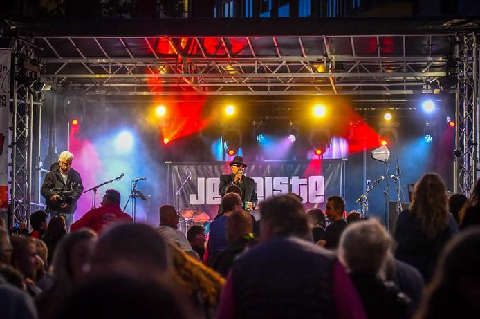 Lesley Williams verzorgt een optreden op het Rijnplein.