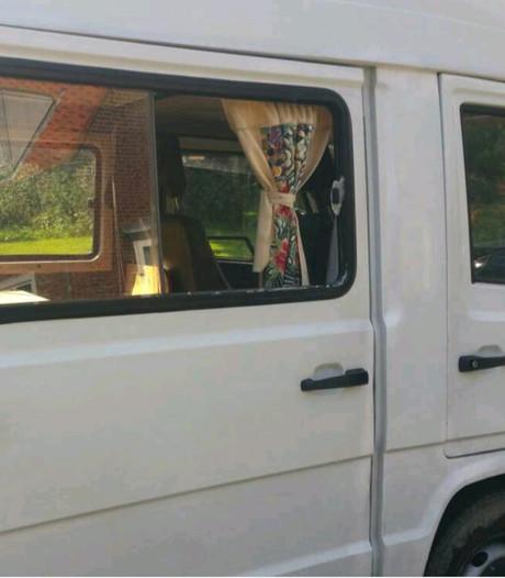 Honden uit 'bloedhete' voertuigen gehaald in Zeeland