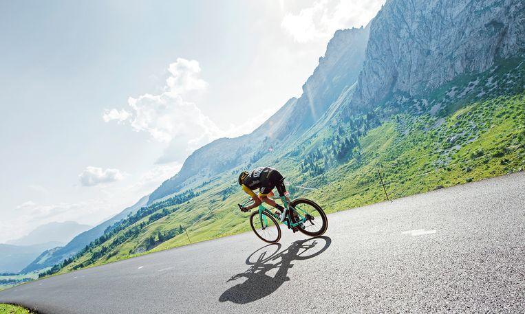 Robert Gesink in de afdaling van Col de la Colombiere. Gesink zat de hele dag in de ontsnapping maar kwam op het laatst te kort. Beeld Klaas Jan van der Weij / de Volkskrant