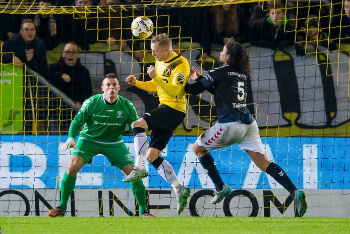 NAC-speler Sjoerd Ars met een kopbal richting het doel.