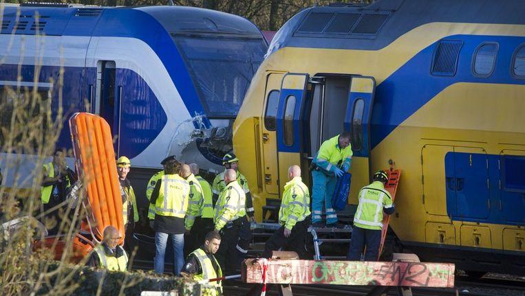 Hulpverleners evacueerden afgelopen zaterdag gewonde reizigers uit de treinen die in Amsterdam met elkaar in botsing kwamen. Beeld anp