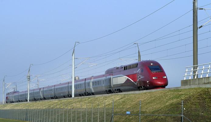 Een hogesnelheidstrein raast over het spoor.