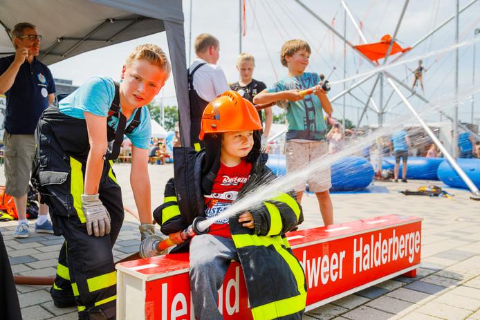 Op de foto: Aziz (5 jaar) (r) en Stijn van de jeugdbrandweer (l) Stichting LeukeDingenDag organiseert voor de 9e achtereenvolgende keer de LeukeDingenDag. De Stichting heeft tot doel het ondersteunen van minder bedeelde kinderen in Nederland.