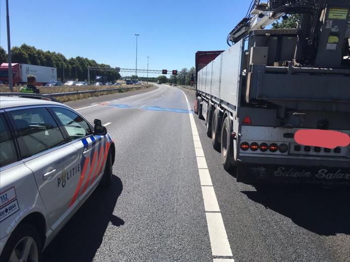 Klapband bij vrachtwagen leidt tot diesellek op de A27 bij Lexmond.