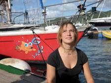 Zeilmeisje Laura rouwt om op rif gestrande zeilboot Guppy