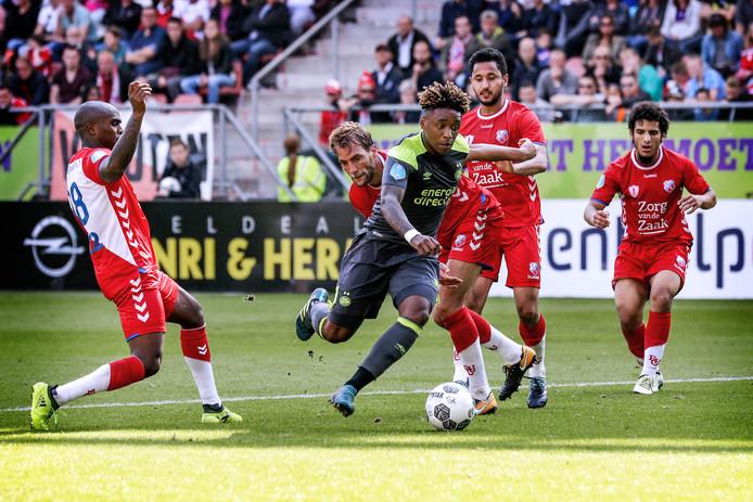 Steven Bergwijn slalomt door de defensie van Utrecht tijdens de wedstrijd van vorig jaar (1-7).
