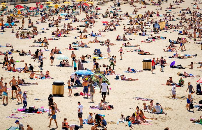 Genieten tijdens een zomerse dag op het Scheveningse strand.