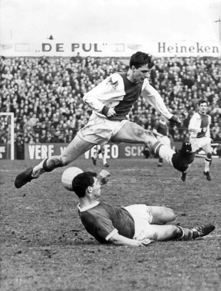 Johan Cruijff in duel met Theo Laseroms, tijdens de wedstrijd Sparta-Ajax (uitslag 1-3). Rotterdam, 3 april 1966 Beeld anp