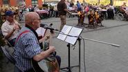 Senioren Ten Hove zingen liederen aan kampvuur