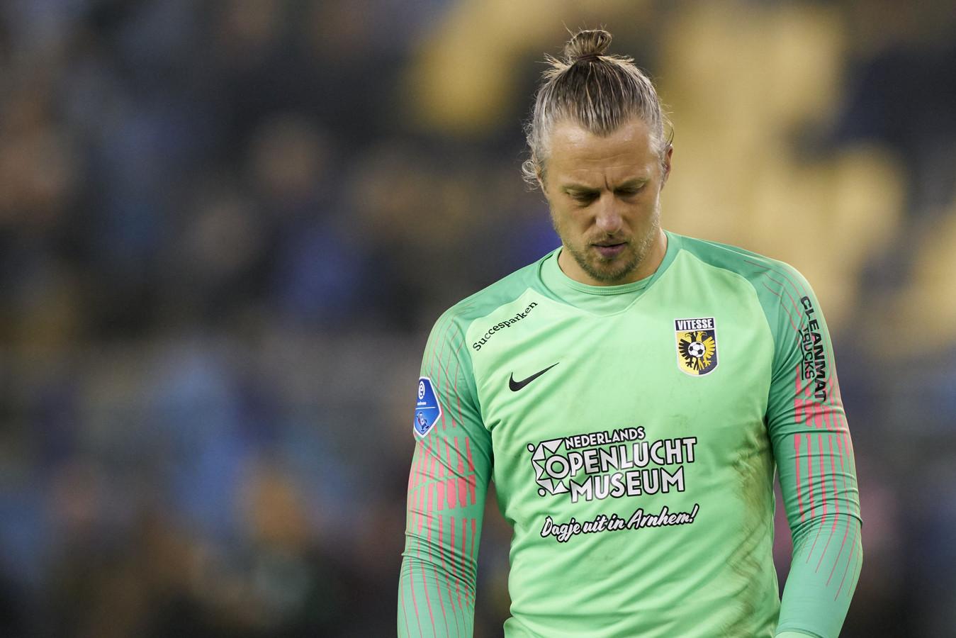 Doelman Remko Pasveer druipt teleurgesteld af na de nieuwe nederlaag van Vitesse.