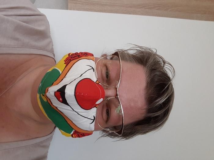 """Esther Luijkx uit Zevenbergen: """"Moeders ging aan de slag omdat de kids met het ov mee moeten binnenkort. Gezocht in de lappendoos en ik kon het niet laten van deze stof een mondkap te maken. Maar of hij ook gebruikt gaat worden..."""""""