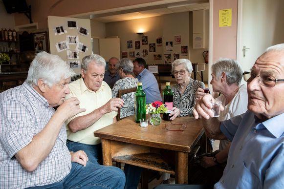 Samen gezellig borrelen en verhalen opdissen over jenevers, een initiatief van heemkring Lin in het Groen en Erfgoed Haspengouw.