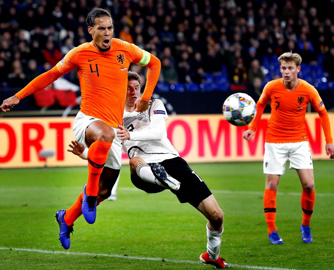 Virgil van Dijk in duel met Thomas Müller.