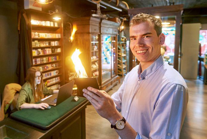 De goochelwinkel 'Vorst & Bosch Premium Magicstore' in Veghel. Op de foto eigenaar Sven van de Vorstenbosch die een truc met een portemonnee toont in de winkel.